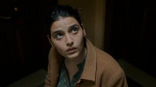 """الممثلة اللبنانية منال عيسى في مشهد من فيلم """"قماشتي المفضلة"""" للسورية غايا جيجي"""