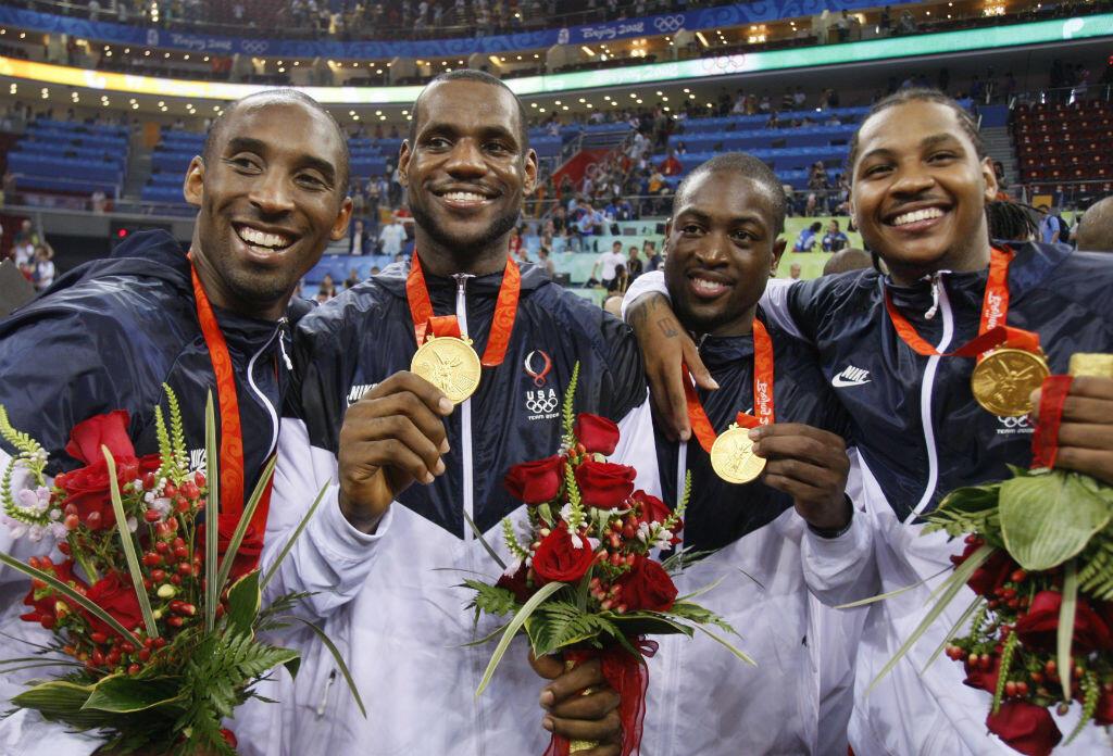 Kobe Bryant, Lebron James, Dwyane Wade et Carmelo Anthony avec leurs médailles d'or, remportées après avoir battu l'Espagne en finale lors des  Jeux olympiques de Pékin, le 24 août 2008.