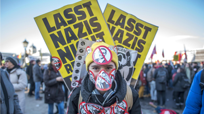 Un manifestante con calcomanías que representan al vicecanciller ultraderechista del FPÖ, Christian Strache, y al canciller austríaco del  ÖVP, Sebastian Kurz,cerca del palacio presidencial, cerca del palacio presidencial, en Viena, Austria, en diciembre de 2017.