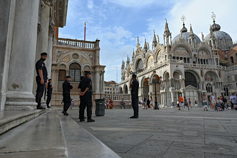 Des carabiniers mobilisés le 8 juillet 2021 sur la place San Marco à Venise, à la veille de l'ouverture de la réunion du G20 Finances