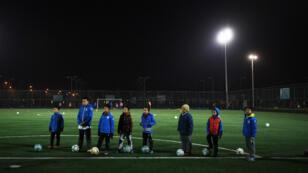 Image d'illustration : des enfants sur un terrain de football à Pékin en 2016.