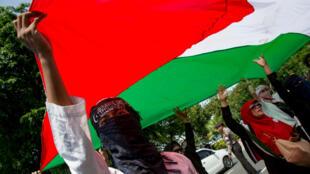 Des manifestants brandissent le drapeau palestinien à Jakarta, en Indonésie, le 8 décembre 2017.