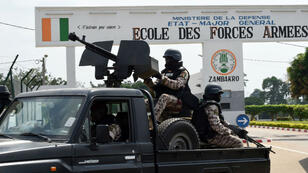 Des militaires devant l'école militaire de Zambakro, près de Yamoussoukro, le 18 janvier 2017.