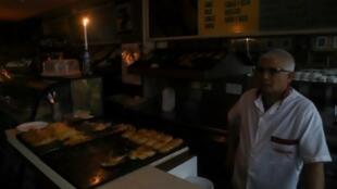 مخبز يعمل على ضوء الشموع في بوينس آيرس