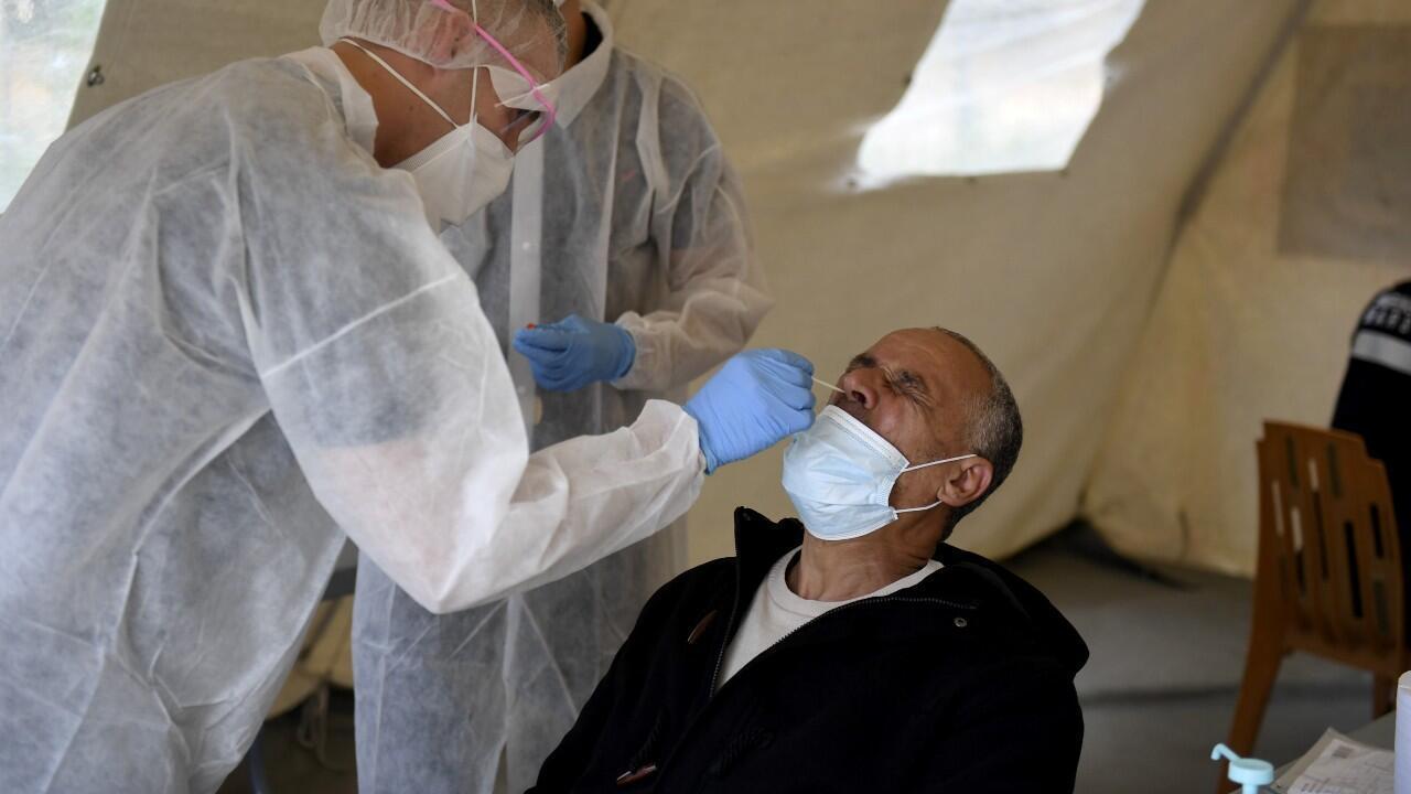 Un hombre se somete a una prueba de diagnóstico de Covid-19, en Marsella, Francia, el 2 de octubre de 2020.