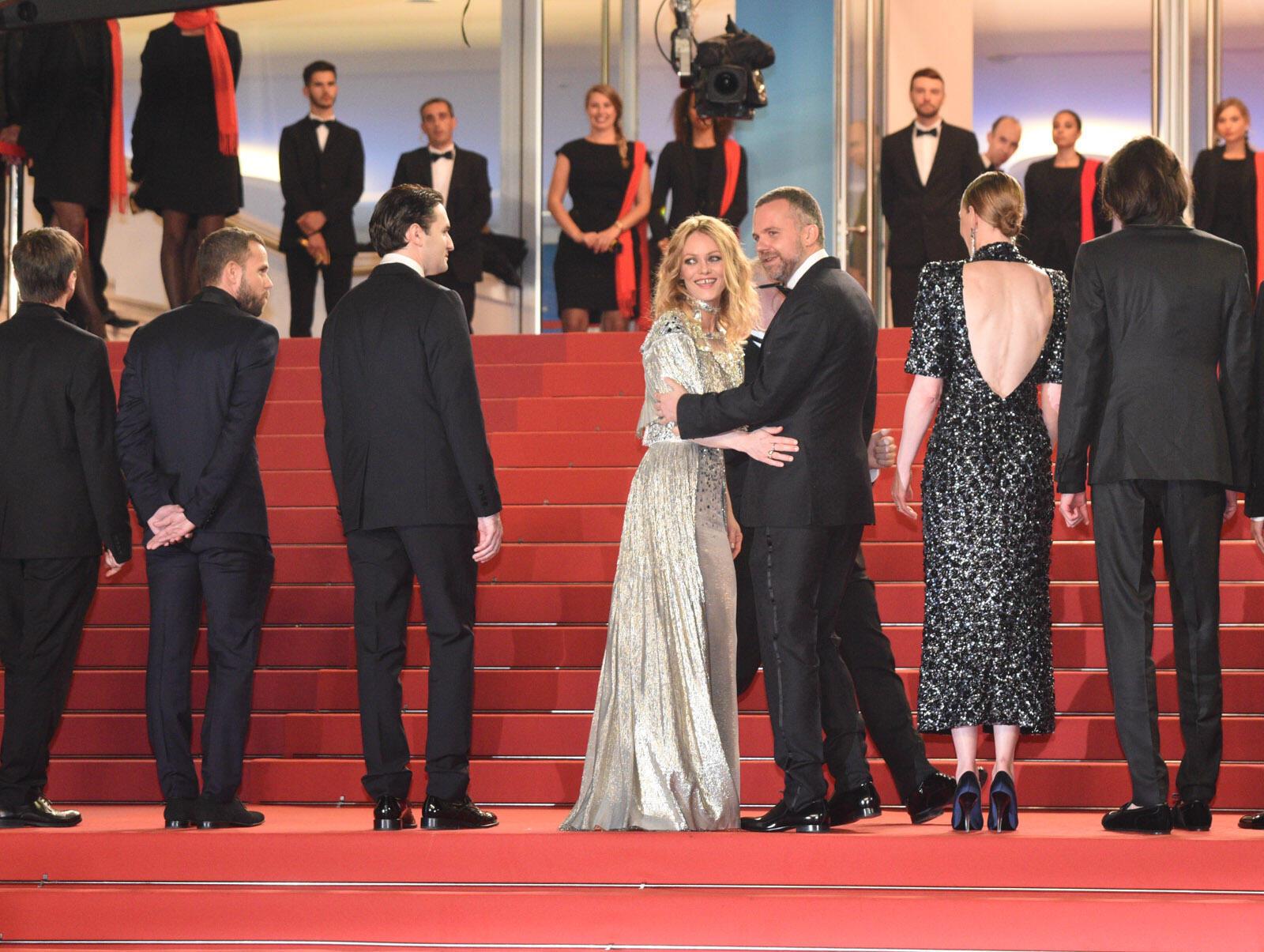 Vanessa Paradis y el director Yann Gonzalez arriba de los escalones. La película 'Un cuchillo en el corazón' se presenta en competencia oficial.