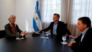 Christine Lagarde, directora general del FMI, el presidente de Argentina, Mauricio Macri, y el ministro de la Tresuary, Nicolas Dujovne, conversan durante una sesión fotográfica en la residencia presidencial de Olivos en Buenos Aires, Argentina. 8 de mayo de 2018