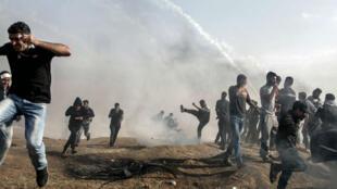 Un grupo de palestinos mientras intentaba huir de la zona de los enfrentamientos con las fuerzas israelíes en la Franja de Gaza, el 27 de abril del 2018.