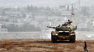 Un soldat turc face à la ville syrienne frontalière de Kobané, le 11 octobre 2014