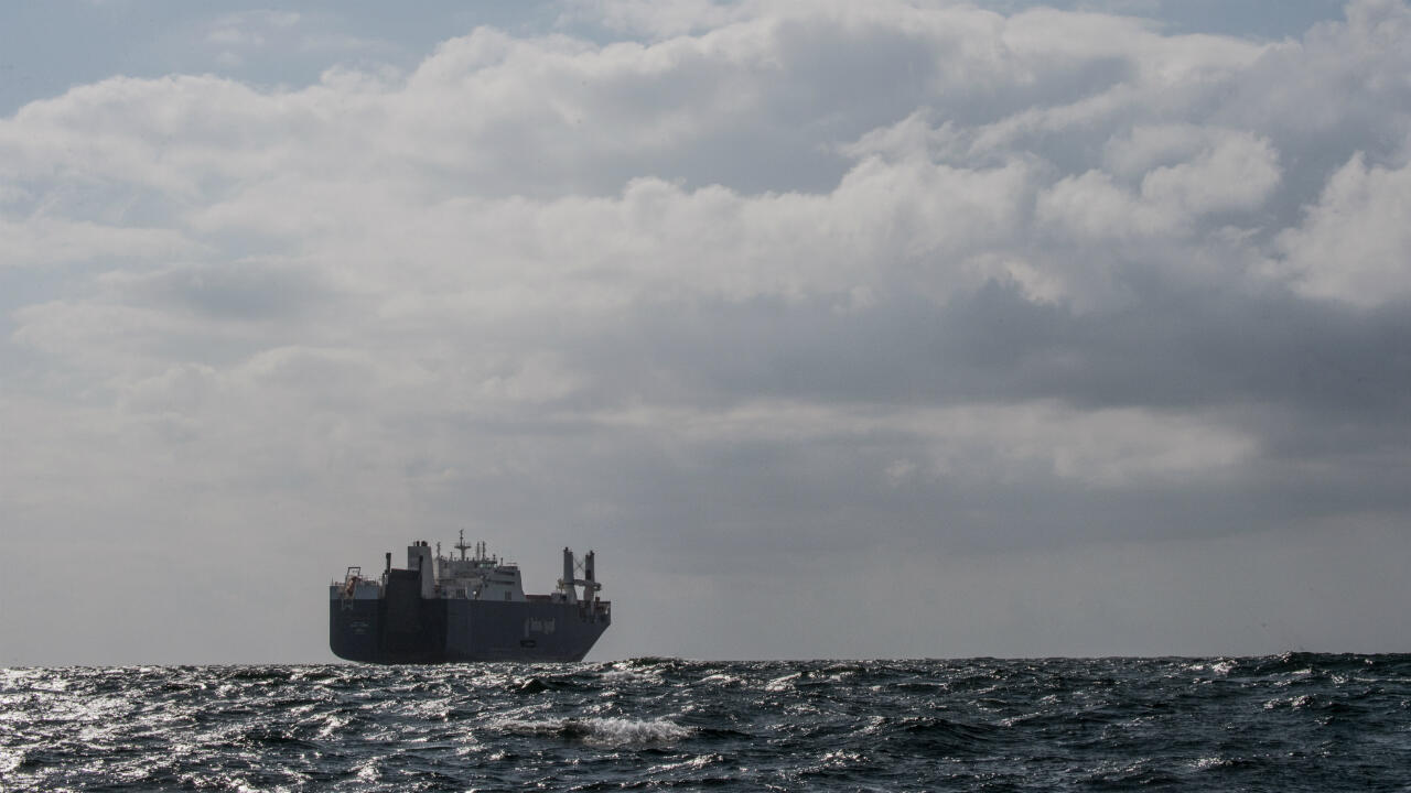 Une photo, prise le 9 mai 2019 au large du port du Havre, montre le cargo saoudien Bahri Yanbu attendant d'entrer dans le port du Havre.