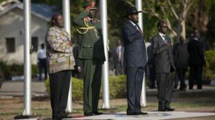 Après avoir été investi comme vice-président du Soudan du Sud, Riek Machar (à gauche), a écouté l'hymne national aux côtés de l'actuel président Salva Kiir à Juba, le 26 avril 2016.