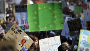 Un drapeau européen aux couleurs de l'urgence écologique à la grève mondiale pour le climat du 24mai2019 à Cologne, en Allemagne.