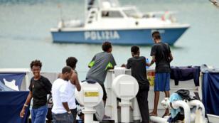 مهاجرون غير شرعيون على ميناء إيطالي
