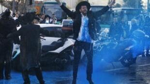 الشرطة الاسرائيلية ترش المياه على متظاهرين من اليهود الارثوذوكس خلال تظاهرة على التجنيد في الجيش في 20 اذار/مارس 217.