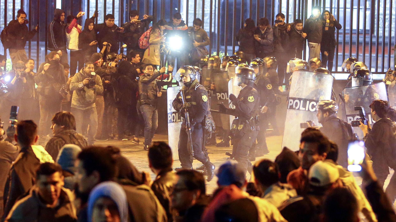 Manifestantes se enfrentan a agentes de la Policía en Lima, Perú. 27 de julio de 2018.