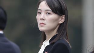 كيم يو جونغ شقيقة الزعيم الكوري الشمالي كيم جونغ أون لدى حضورها مراسم في ضريح هو تشي منه خلال زيارة إلى هانوي في 2 آذار/مارس 2019