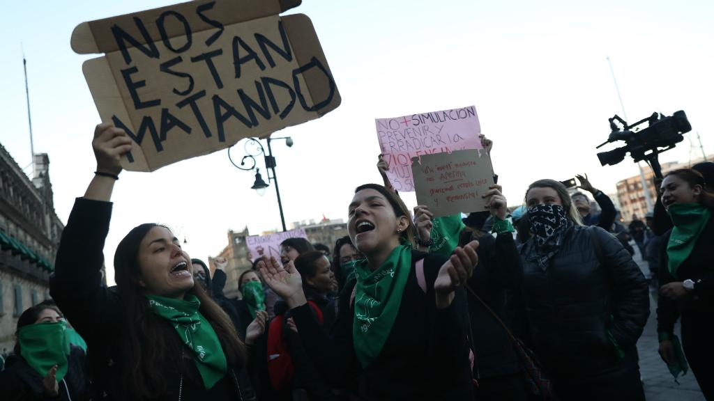Un grupo de feministas mexicanas se concentró frente al Palacio Nacional para denunciar el feminicidio de Fátima, una niña de 7 años.