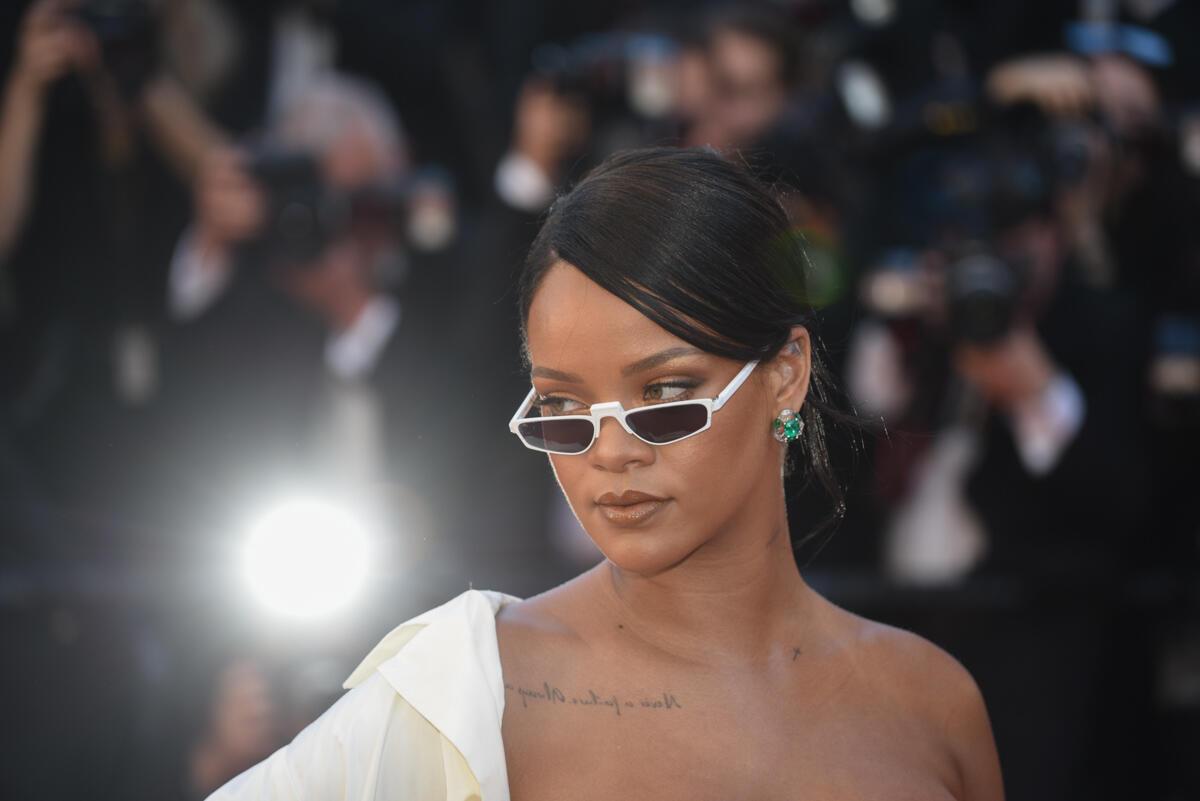 La pop star américaine Rihanna a illuminé le tapis rouge avec une langoureuse montée des marches devant les photographes du monde entier.