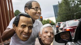 Un vendedor ambulante ofrece máscaras de los candidatos presidenciales mexicanos José Antonio Meade, Ricardo Anaya y Andrés Manuel López Obrador (partidos Morena, PT y PES) para venta en una calle de la Ciudad de México, el 13 de junio de 2018.