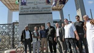 أعضاء من السلطة الفلسطينية مع رجل من جهاز حماس الأمني في معبر رفح بعد تسليم المعابر للسلطة الفلسطينية