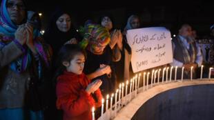 Des proches de l'attentat de Peshawar (décembre 2014) rendent hommage aux victimes de Bacha Khan, le 20 janvier 2016.