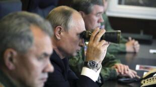 Archivo: El presidente ruso, Vladímir Putin, usa uos binoculares mientras ve los juegos de guerra Zapad-2017, llevados a cabo por militares rusos y bielorrusos en un campo de entrenamiento militar en la región de Leningrado, Rusia, el 18 de septiembre de 2017.