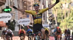 El ciclista belga Wout van Aert celebra su triunfo en la Milán-San Remo el 8 de agosto de 2020