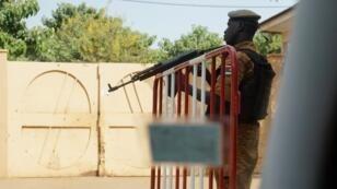 Un gendarme patrouille dans une école de Ouagagoudou, le 7 novembre 2018. (Image d'illustration)