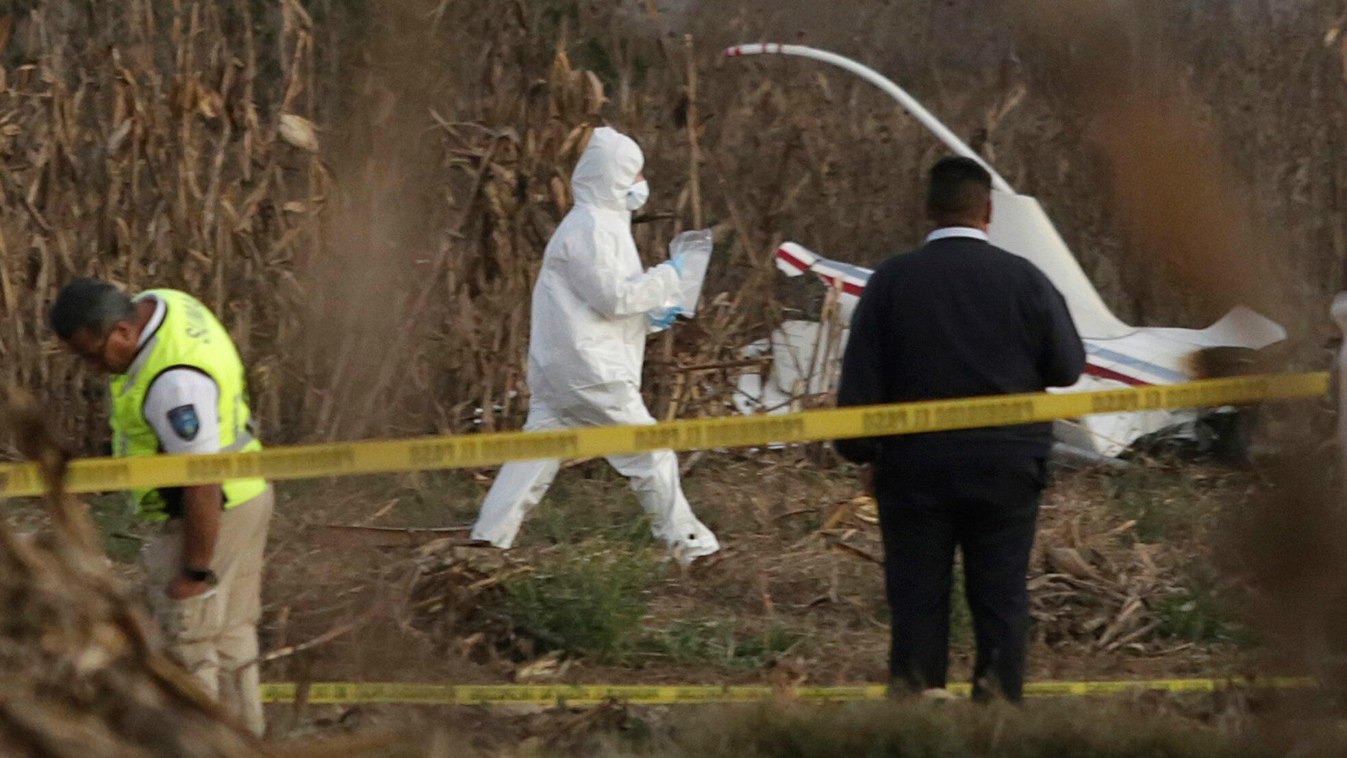 Expertos trabajan en torno a los restos de la aeronave donde viajaban la actual gobernadora de Puebla, Martha Erika Alonso, y su esposo, el exgobernador de Puebla, Rafael Moreno Valle, el 24 de diciembre de 2018.