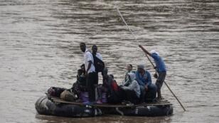 Los migrantes africanos utilizan un bote improvisado para cruzar la frontera entre Guatemala y México en Ciudad Hidalgo, Chiapas, el 10 de junio de 2019.