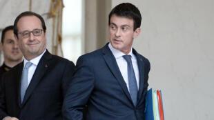 الرئيس الفرنسي فرانسوا هولاند ورئيس حكومته مانويل فالس في قصر الإيليزيه