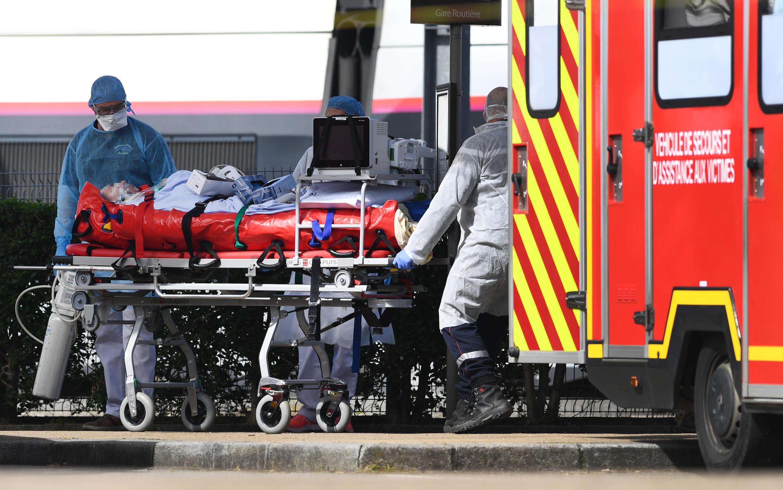 Une équipe médicale réceptionne un patient atteint du Covid-19, transféré à Quimper en Bretagne par TGV médicalisé, le 5 avril 2020.