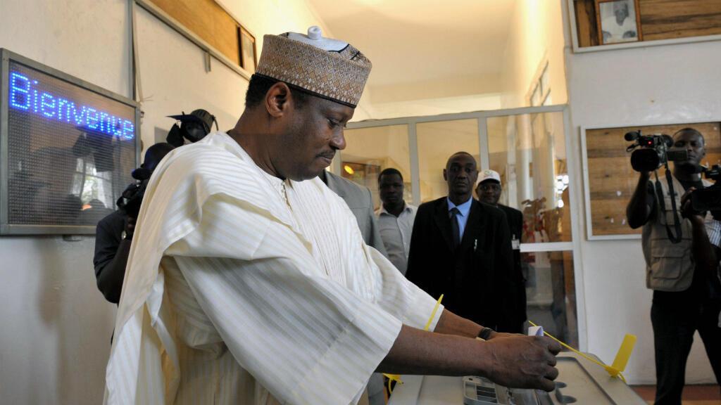 Hama Amadou à son bureau de vote de Niamey, le 12 mars 2011.