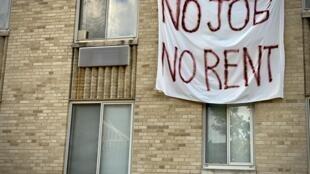 """لافتة كتب عليها """"لا وظائف لا إيجار"""" معلقة على مبنى سكني في واشنطن في 9 آب/أغسطس 2020"""