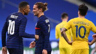 La joie de Kylian Mbappé et Antoine Griezmann lors de la démonstration de force des Bleus face à l'Ukraine 7-1 au Stade de France, le 7 octobre 2020