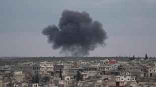 صورة أرشيفية لتصاعد الدخان بعد قصف نفذته قوات النظام السوري على أطراف معرة النعمان في إدلب بتاريخ 27 كانون الثاني/يناير 2020