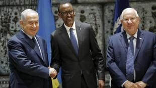 El presidente de Ruanda, Paul Kagame (C) le da la mano al primer ministro israelí, Benjamin Netanyahu (izquierda), y al presidente israelí, Reuven Rivlin, durante una reunión en Jerusalén, el 10 de julio de 2017.