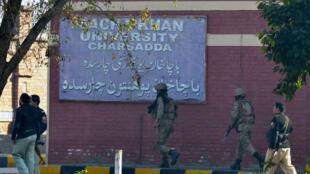 Des soldats devant l'université pakistanaise de Bacha Khan à Charsadda, le 20 janvier 2016.