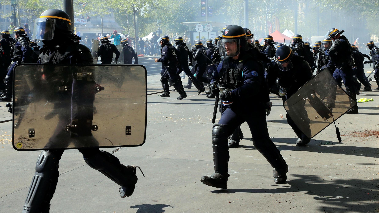 Agentes de la policía con equipo antidisturbios durante una manifestación en el Acto XXIII (la 23ª protesta nacional consecutiva) del movimiento de 'chalecos amarillos', en París, Francia, el 20 de abril de 2019.
