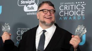El mexicano Guillermo del Toro posa con los premios a mejor director y mejor película. 12/1/17