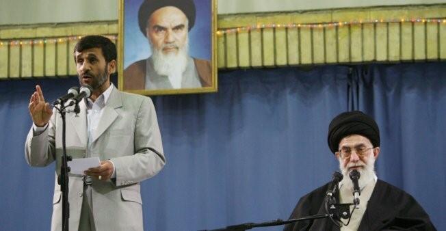 الرئيس الإيراني السابق محمود أحمدي نجاد (يسار الصورة).