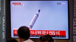 Imágenes del misil norcoreano en las televisiones surcoreanas el 1 de octubre de 2019 en Corea del Norte.
