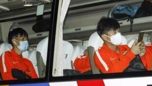 أفراد في فريق ووهان زال لدى وصولهم إلى مدينة سوجو الصينية في 18 يوليو/تموز 2020، تحضيرا لانطلاق منافسات الدوري الصيني لكرة القدم بعدها بأيام.