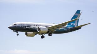 Un Boeing 737 MAX en phase d'atterrissage lors d'un vol d'essai le 29 juin 2020 à Seattle