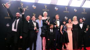 El elenco y el equipo de 'Game of Thrones' posan con el Emmy, durante la gala 68, el 18 de septiembre de 2016 en el Teatro Microsoft de Los Ángeles.