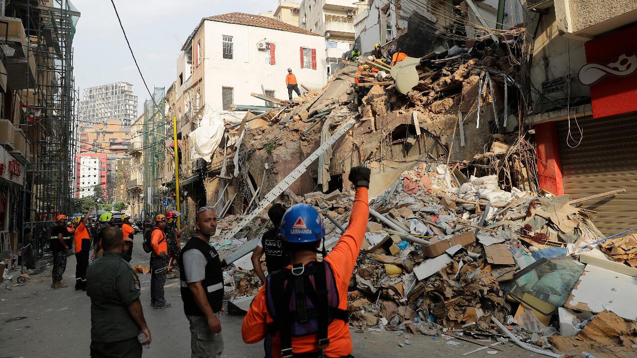 عمال إغاثة يسعون للعثور على ناجين تحت أنقاض مبنى دمره انفجار مرفأ بيروت. 3 سبتمبر/أيلول 2020.