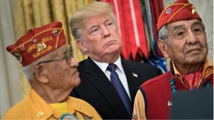 Donald Trump dans le bureau ovale avec des code talkers vétérans de la Seconde Guerre mondiale, le 27 novembre 2017.