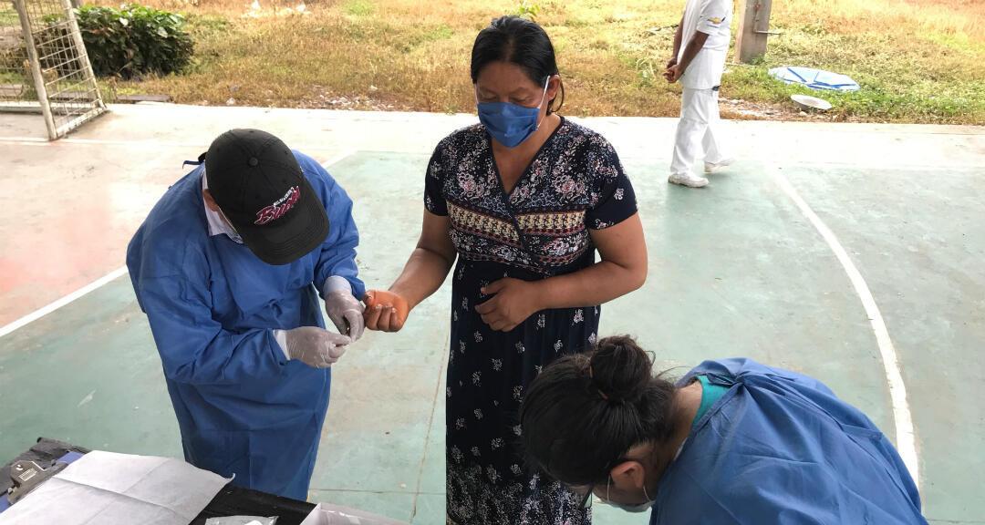 Un miembro de la comunidad del pueblo Siekopai de San Pablo se somete una prueba para detercar Covid-19 en Sucumbios, Ecuador, el 27 de abril de 2020 en esta foto.