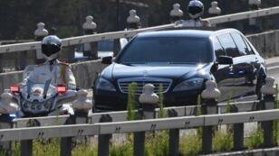 الشرطة العسكرية تصطحب الزعيم الكوري الشمالي كيم جونغ أون إلى بكين