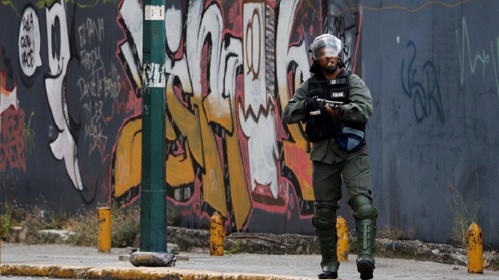 Un miembro de las Fuerzas Armadas Bolivarianas Nacionales protege el área durante una protesta de partidarios de la oposición contra el Gobierno del presidente venezolano Nicolás Maduro en Caracas, Venezuela, el 23 de enero de 2019.